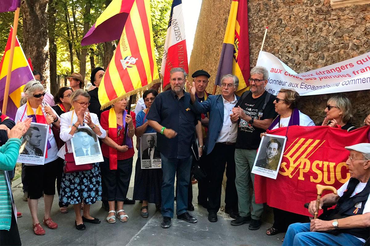 Part dels participants en l'acte duien banderes catalanes i republicanes espanyoles