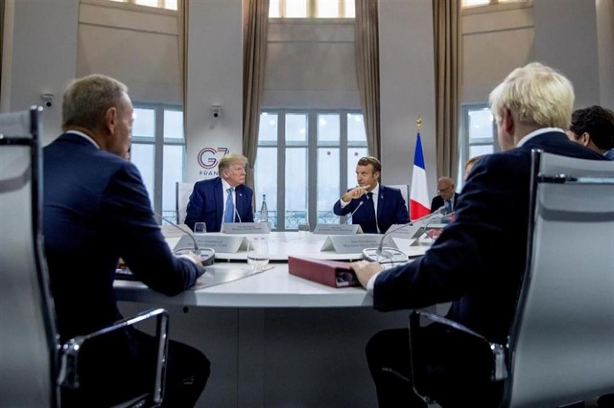 Imatge d'una reunió dels líders del G-7, amb Trump i Macron al fons