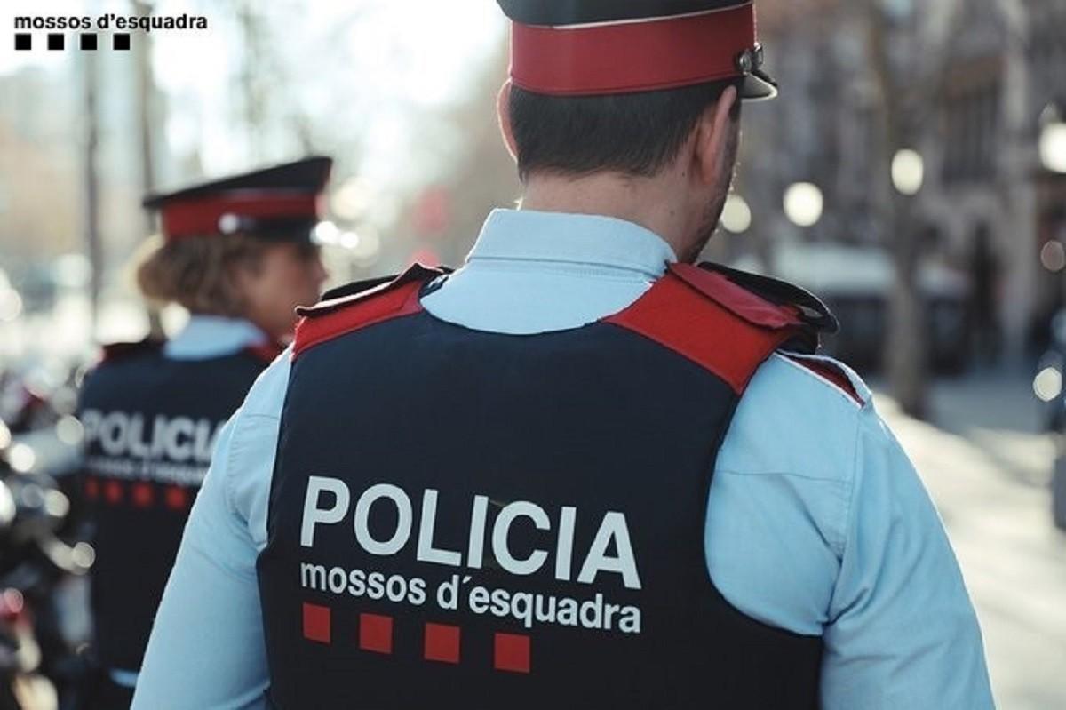 Dos agents dels Mossos d'Esquadra.