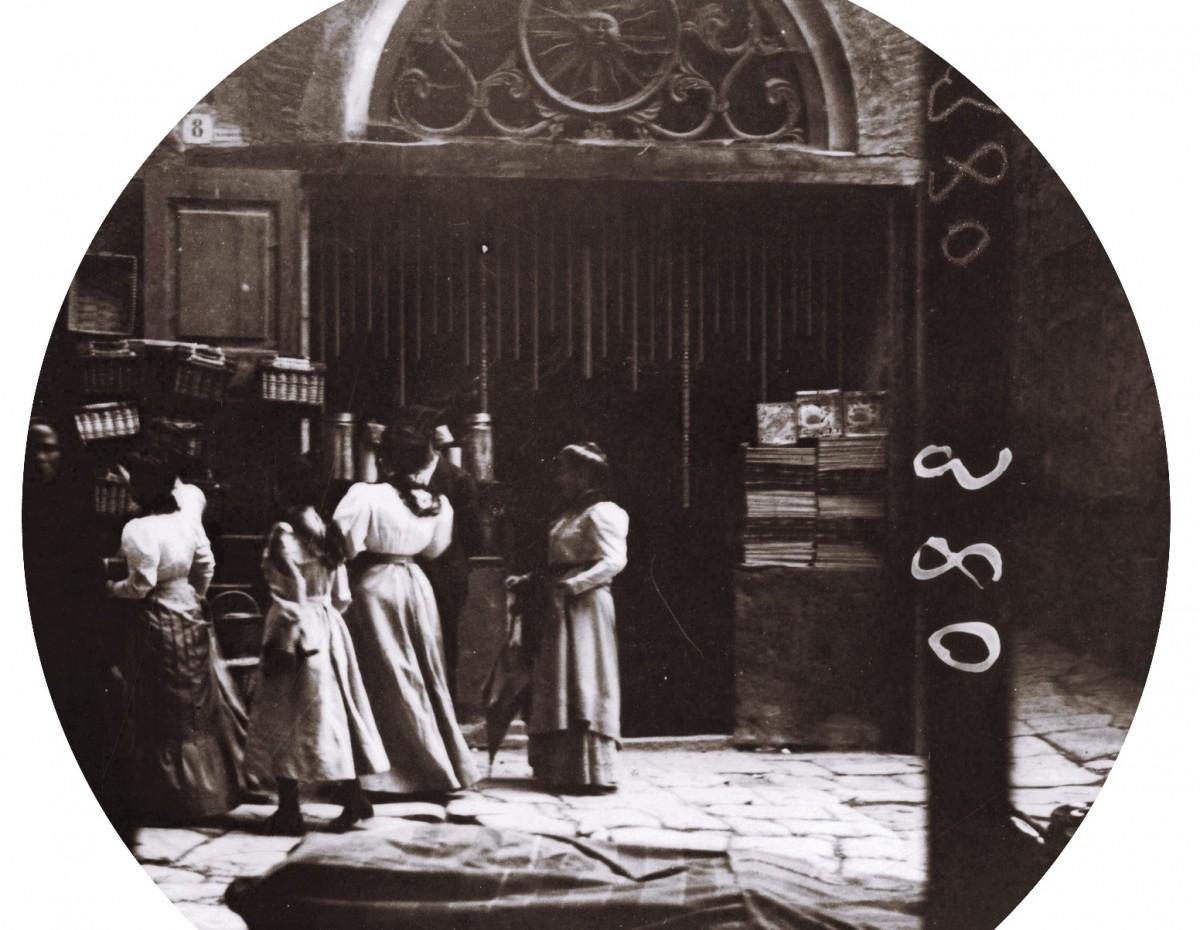 Cal Viladot. Plaça Major. 1905. @ Institut Ametller d'Art Hispànic. Fons Adolf Mas