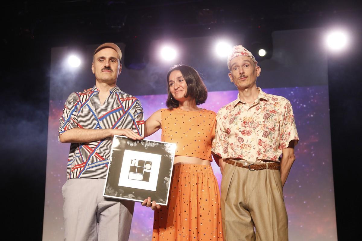 Foto de família dels Premis Altaveu 2019, amb guardonats, jurat i lliuradors