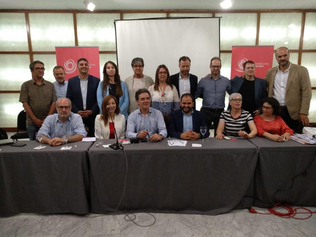 Sonia Reina, dreta, al centre, darrera de Fernando Sánchez Costa i la junta de Societat Civil