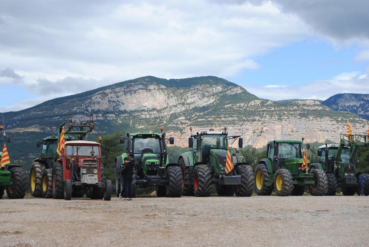 Els tractors amb la roca de Canalda al fons