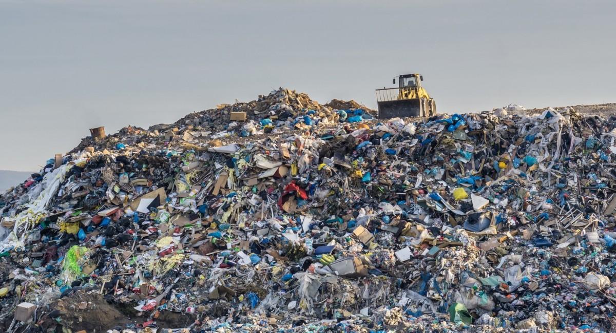 Muntanya d'escombraries plàstiques, fruit d'una economia lineal basada en usar i llençar.