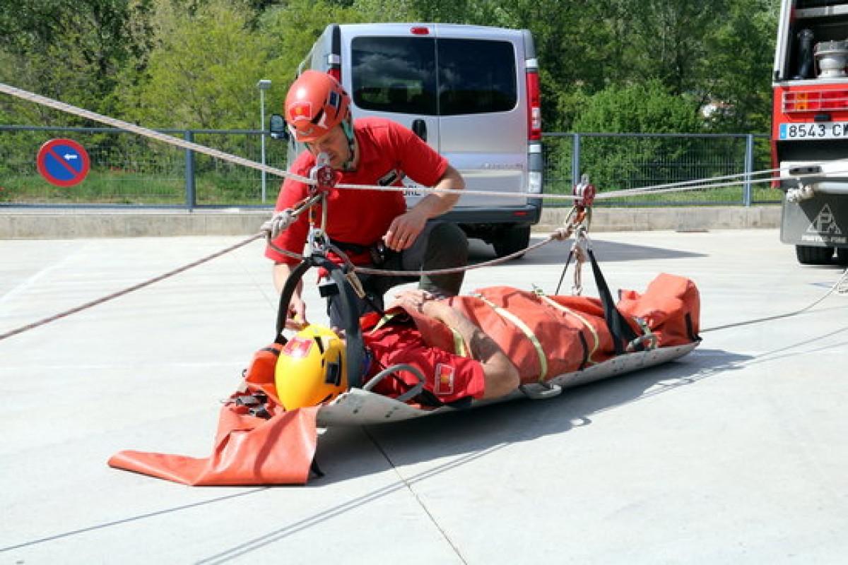 Una simulació de rescat per part d'efectius del GRAE d'Olot