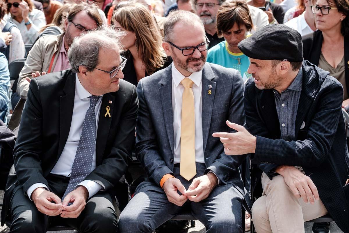Jaume Asens conversant amb Quim Torra i Josep Costa, la passada Diada.
