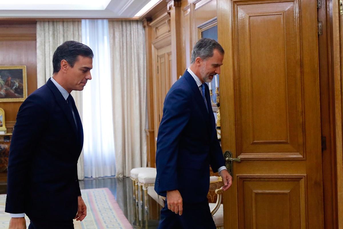 Felip VI i amb Pedro Sánchez, al final de la trobada entre tots dos aquest dimarts.