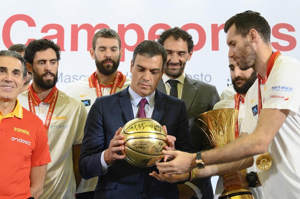 El president en funcions, Pedro Sánchez, amb la selecció espanyola de bàsquet
