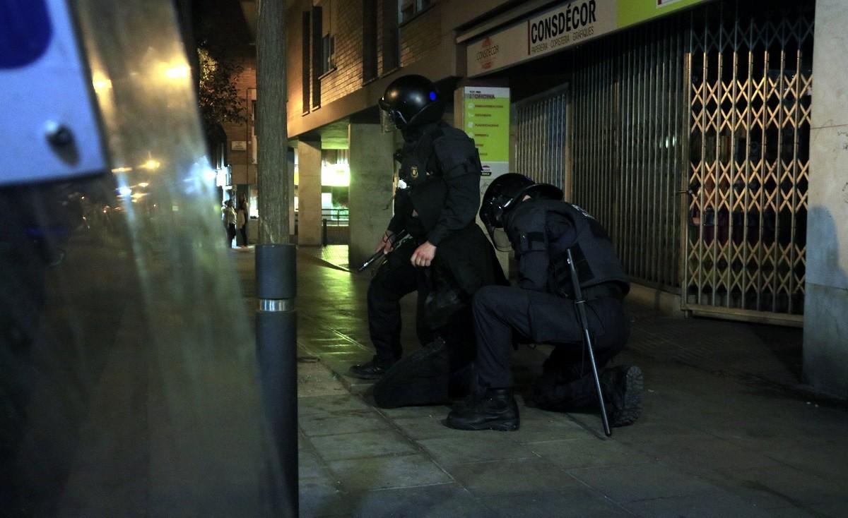 Dos agents amb un dels detinguts a la manifestació.