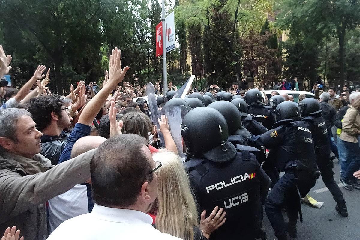 Actuació de la Policia Nacional a l'escola Ramon Llull de Barcelona durant l'1-O