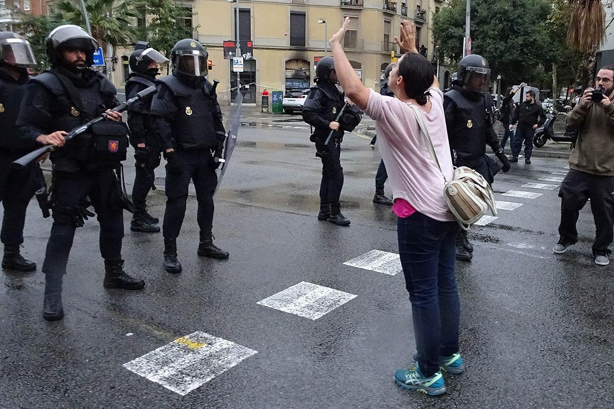 Actuació de la Policia Nacional a l'escola Ramon Llull de Barcelona.