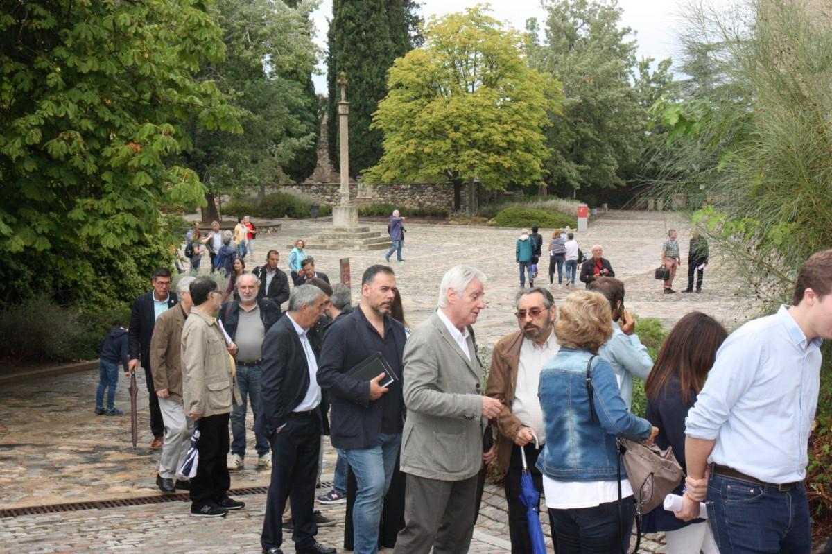 Els assistents a Poblet fent cua davant del Palau de l'Abat.