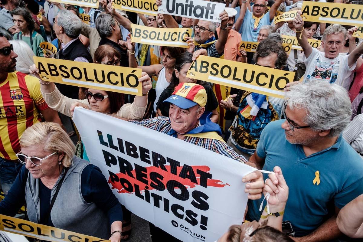 Concentració a les portes d'Economia per demanar la llibertat dels presos.