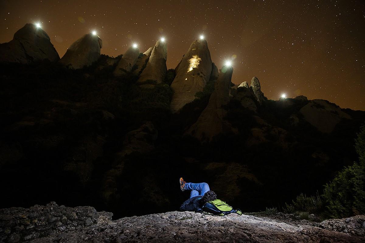 Montserrat il·luminada, vista des del parc de l'Agulla de Manresa