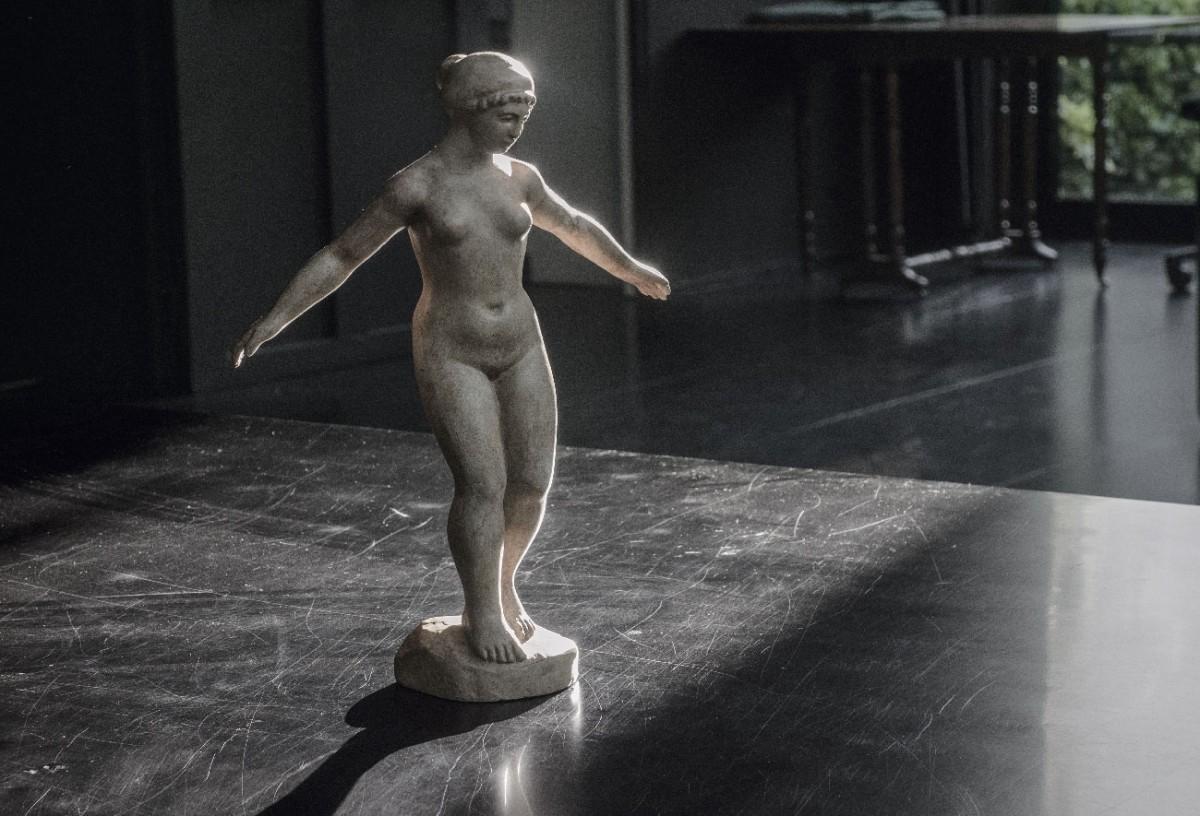 Foto de Frank Horvat de l'obra «Debout, les bras écartés» (1930) d'Aristides Maillol.