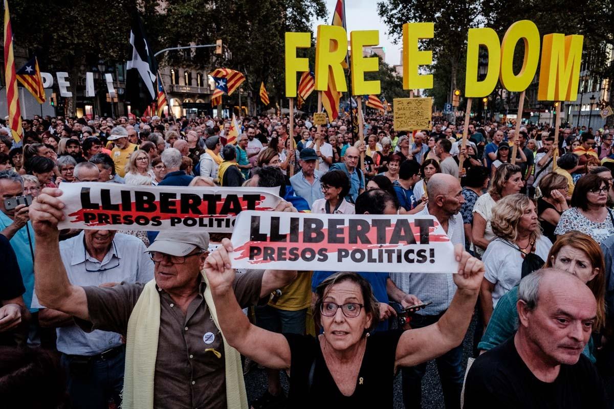 Milers de persones reivindiquen l'1-O a Barcelona