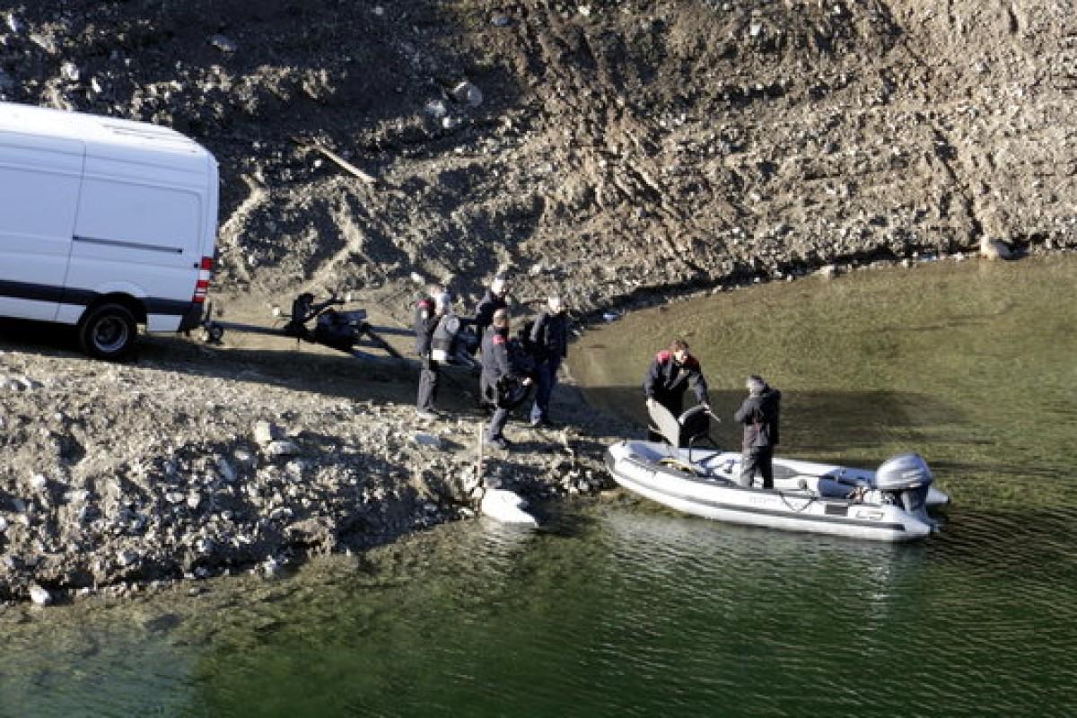 Els Mossos pujant un maniquí a la barca a Susqueda