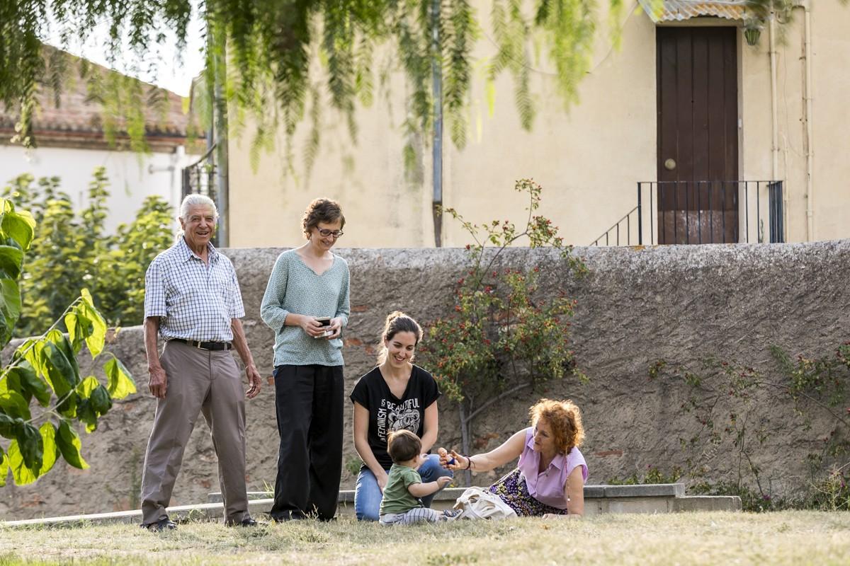 Algunes de les famílies que aniran a viure a la Masia de Can Carner