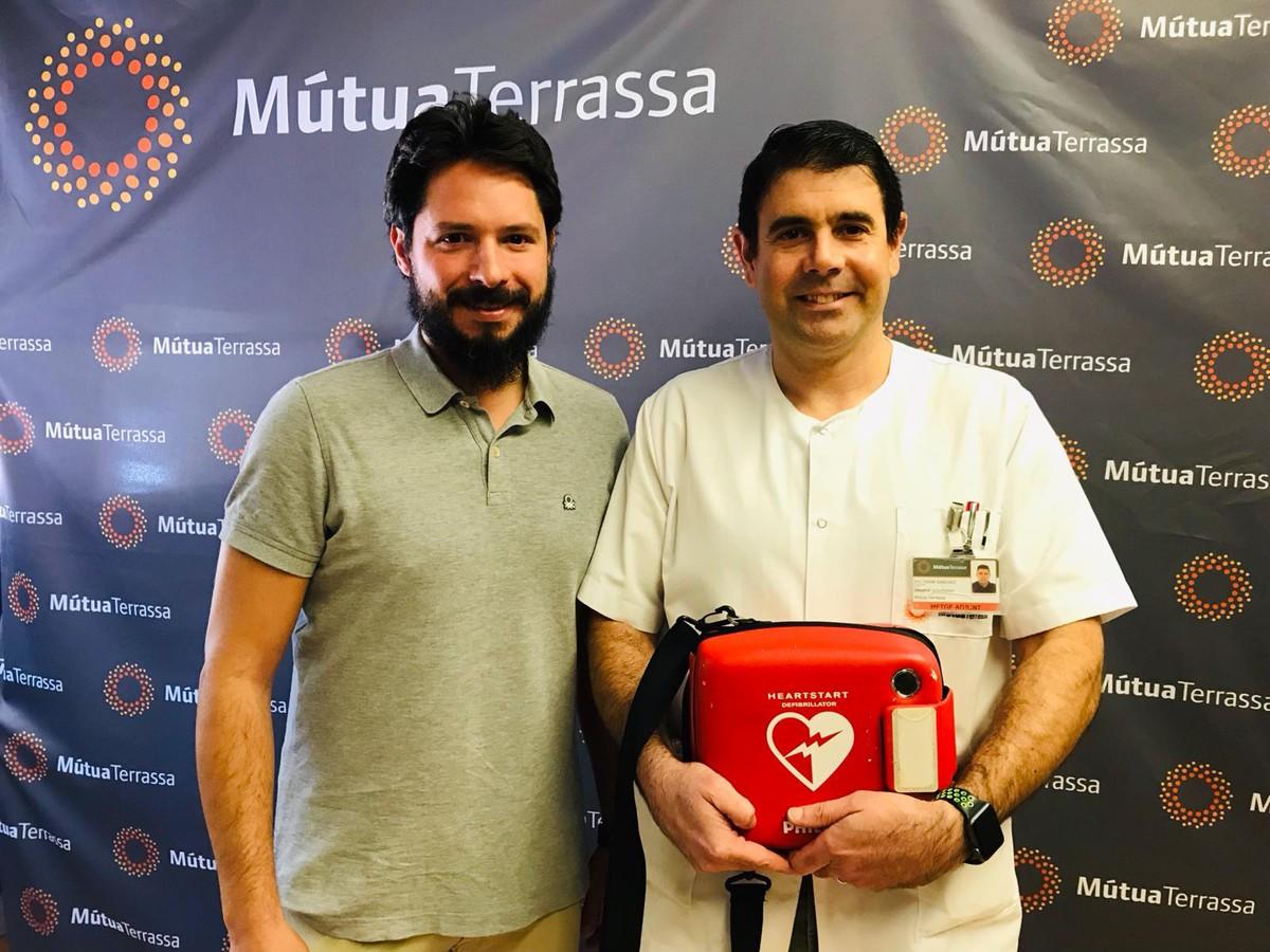 El Dr. Baltasar Sánchez i el cap base del SEM, Sergi Mayol,  amb un desfibril·lador portàtil.