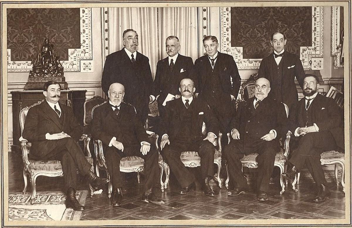 Romanones, assegut,al mig, dirigia el govern espanyol l'any 1919.