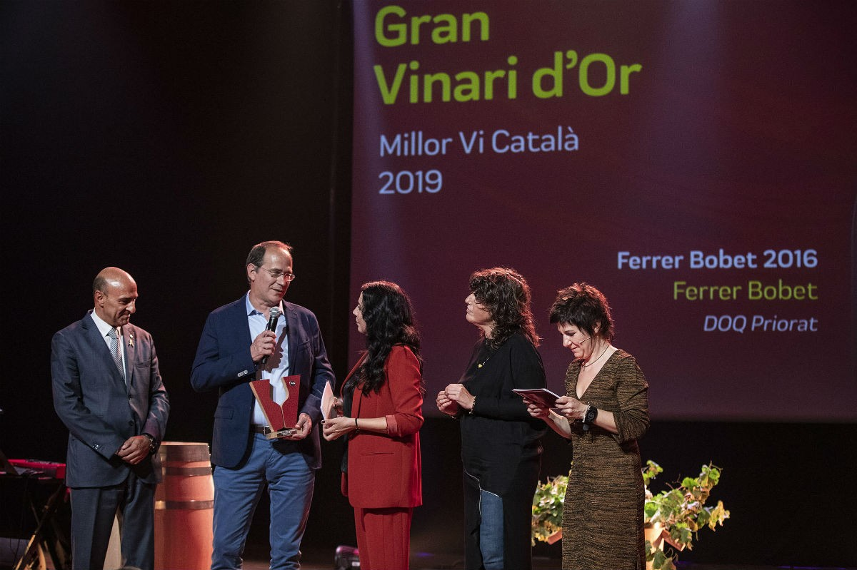 La consellera d'Agricultura, Teresa Jordà, lliurant el Gran Vinari d'Or 2019.