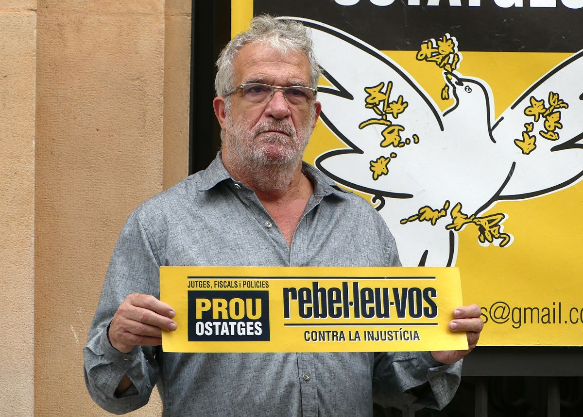 Lluís Pastrana, portaveu del col·lectiu 'Silenci', davant dels jutjats de Tarragona.