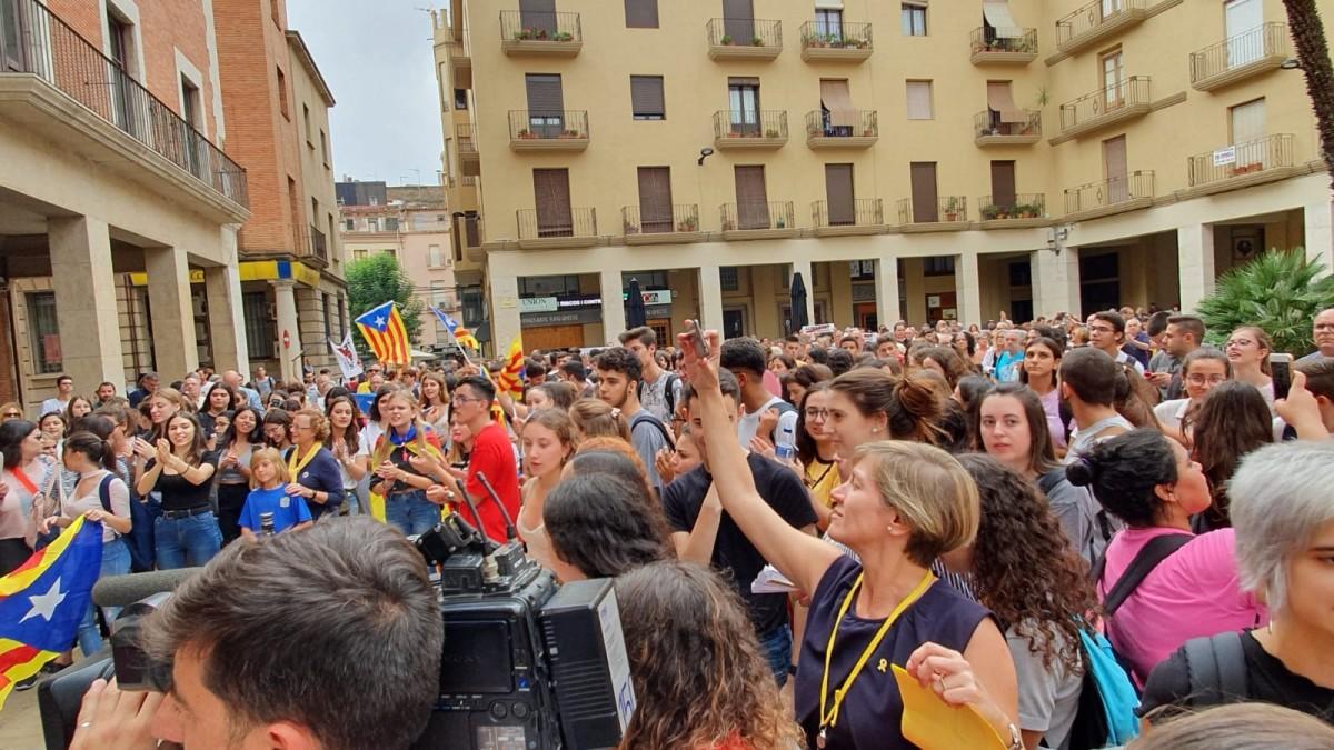 Centenars de persones han omplert la plaça de l'Ajuntament este migdia