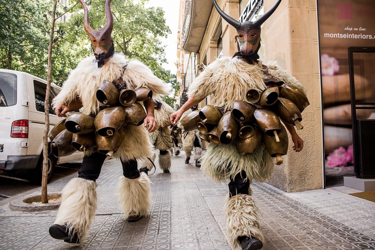 Figures del carnaval d'Ottana desfilant per Manresa
