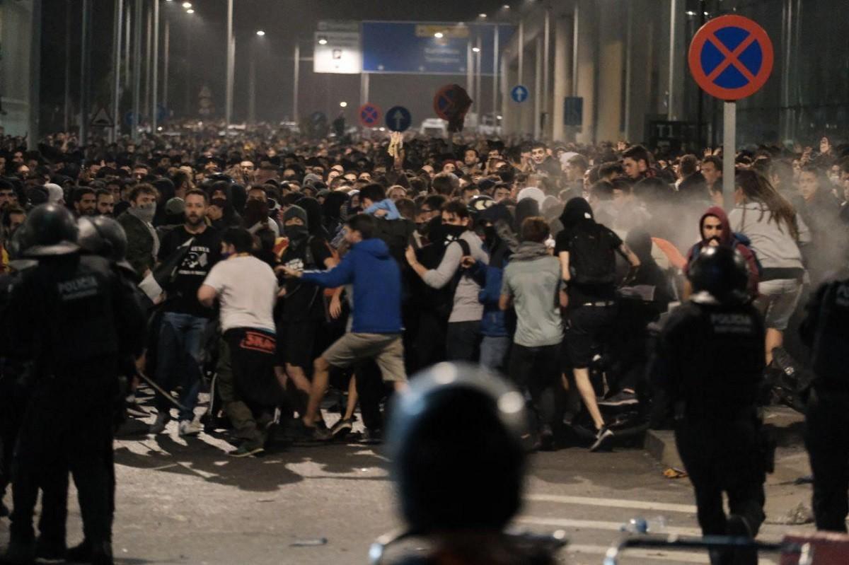 Batalla campal a l'aeroport del Prat en protesta per la sentència de l'1-O