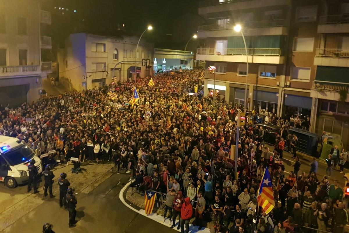 Els manifestants, arribant a la comandància de la Guàrdia Civil