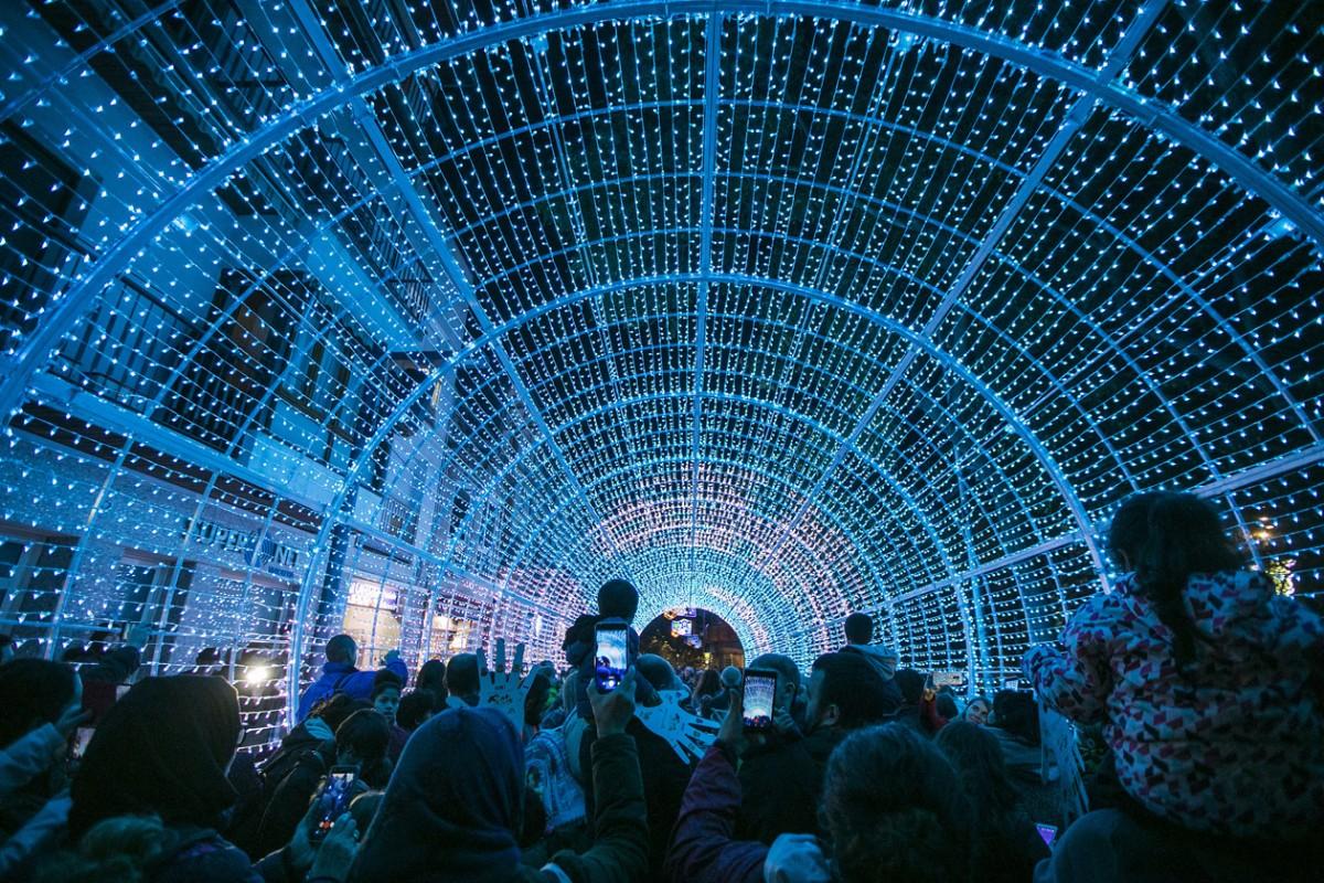 El túnel de llum del carrer Maximí Fornés