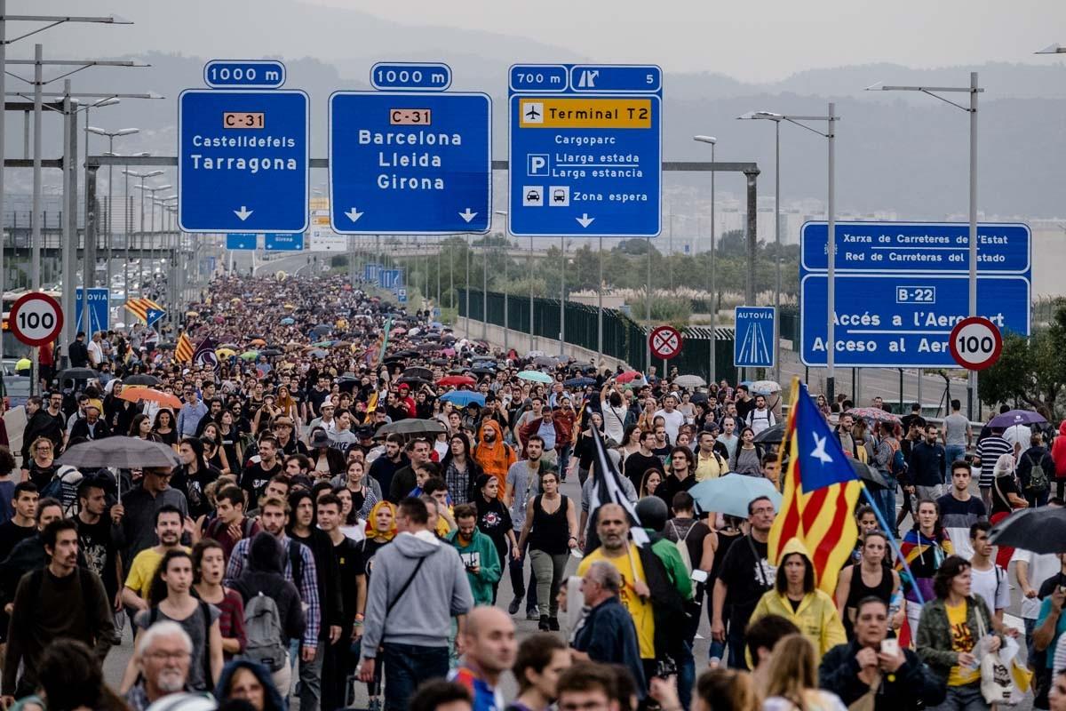 Manifestants de camí a l'aeroport del Prat amb grans retencions viàries