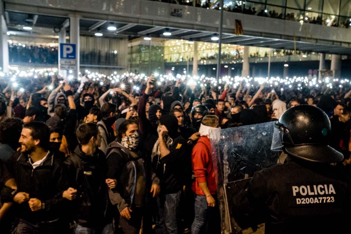 Manifestants protestant a l'aeroport del Prat