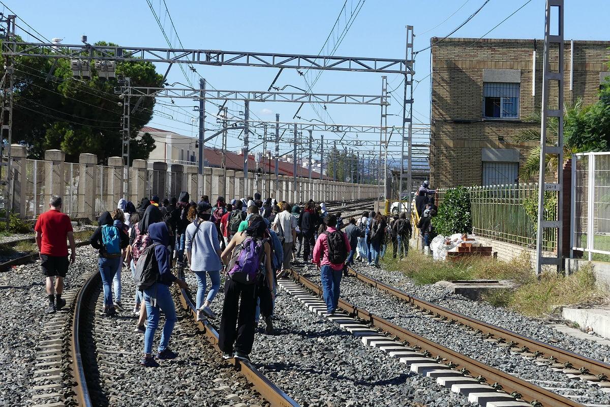 Un grup de persones tallant les vies a Tarragona.