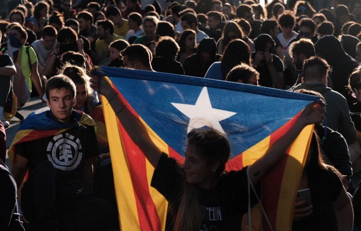 Concentració a les portes de la delegació del govern espanyol de Barcelona.