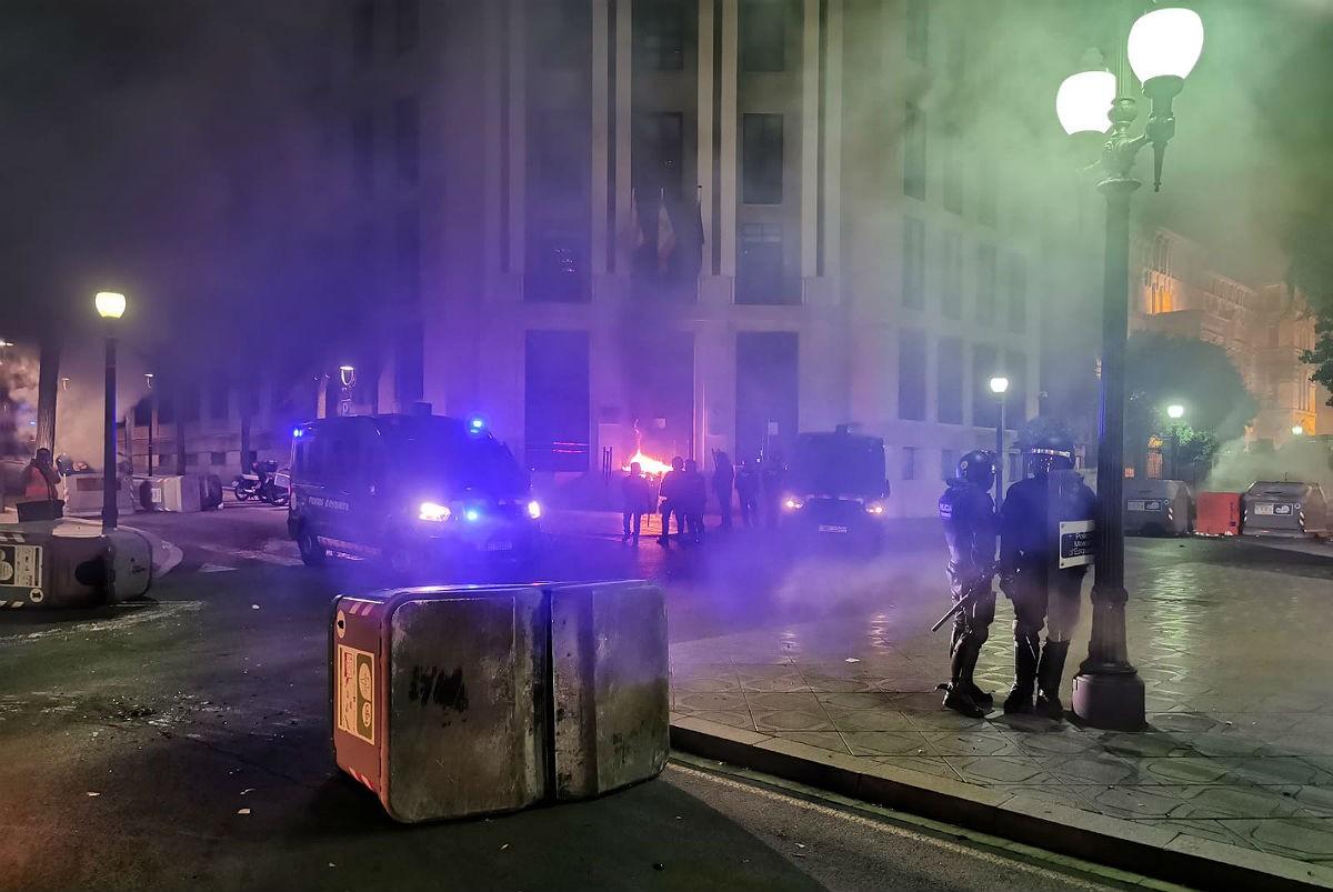 Els Mossos davant de l'edifici d'Hisenda aquesta nit.