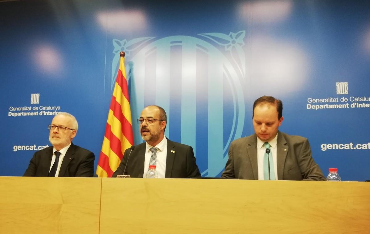 El conseller d'Interior, Miquel Buch, i la plana major de Mossos en roda de premsa.