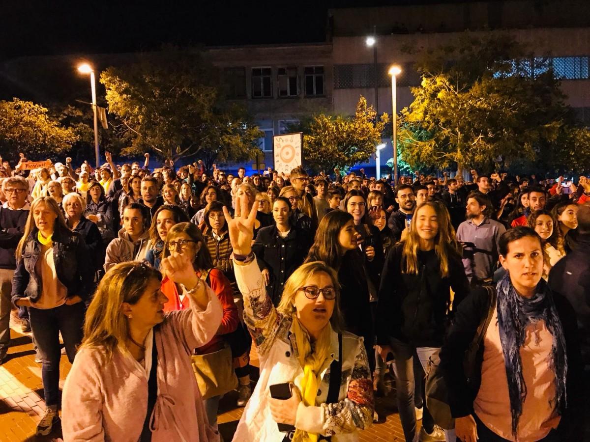Protesta pacífica davant la comissaria de la policia espanyola de Terrassa.