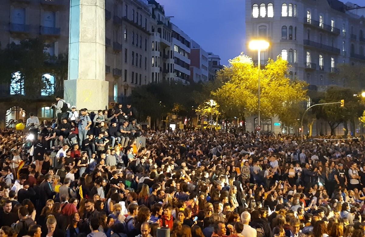 Milers de persones a Jardinets de Gràcia.