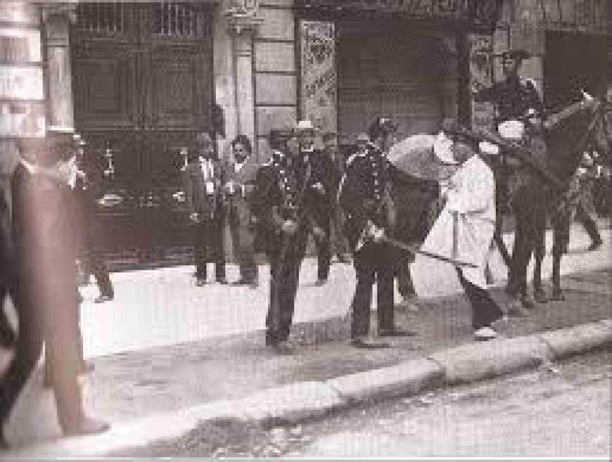 La Guàrdia Civil detenint una persona durant la Setmana Tràgica.
