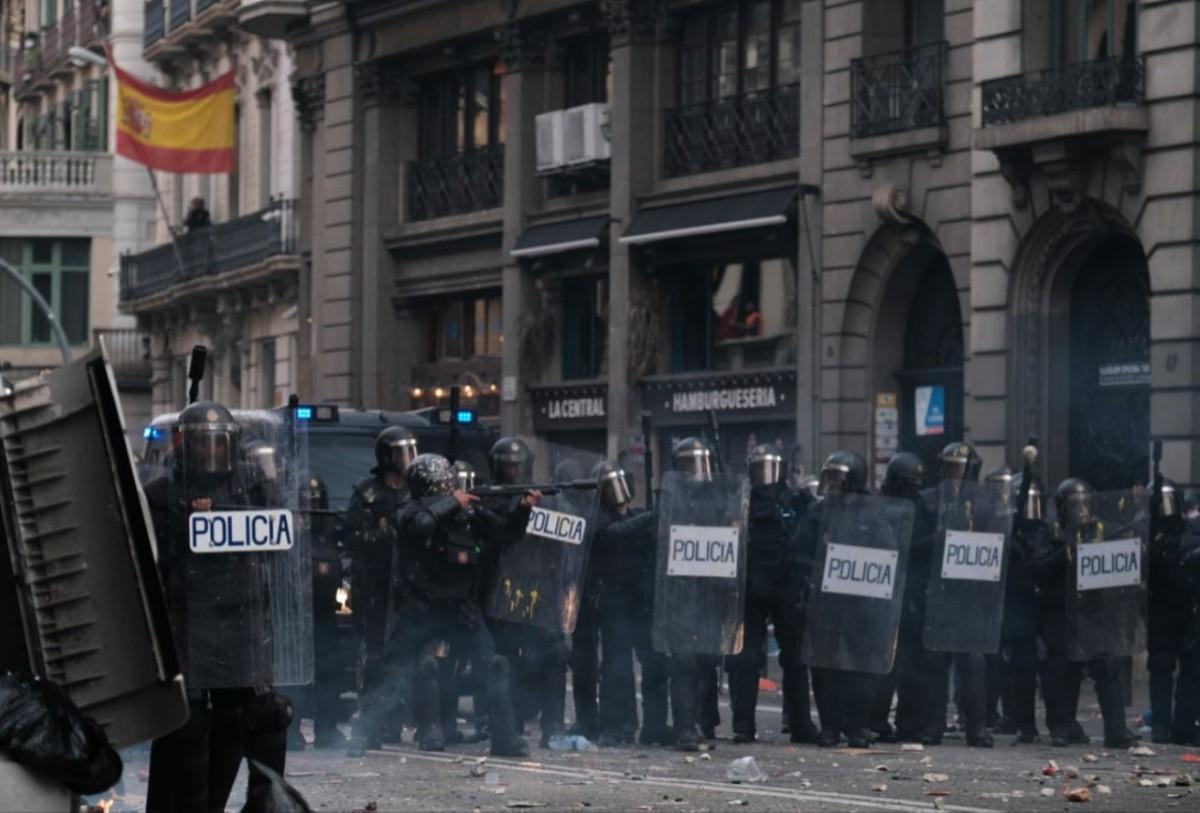 Policies nacionals espanyols, a Via Laietana durant les protestes per la sentència del procés