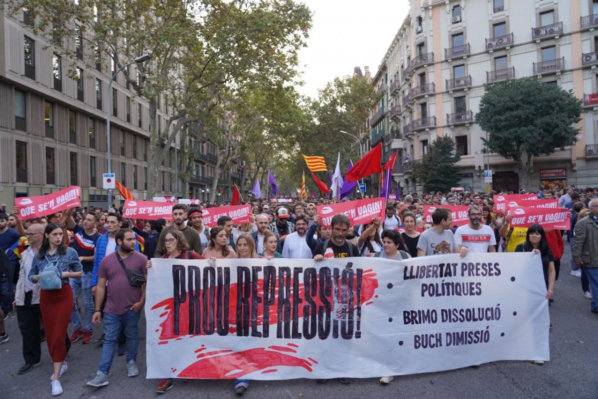Capçalera de la manifestació contra l'actuació policial