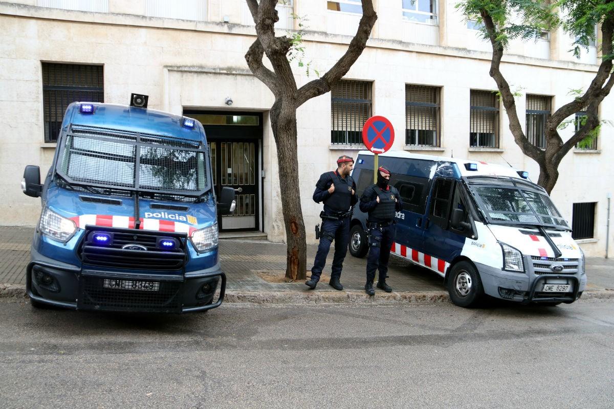 Dues furgonetes i agents dels Mossos d'Esquadra a l'entrada dels jutjats de Tarragona.