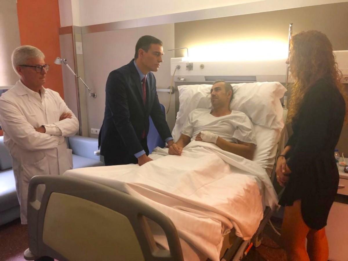 Pedro Sánchez visita un agent ferit en els aldarulls per la sentència