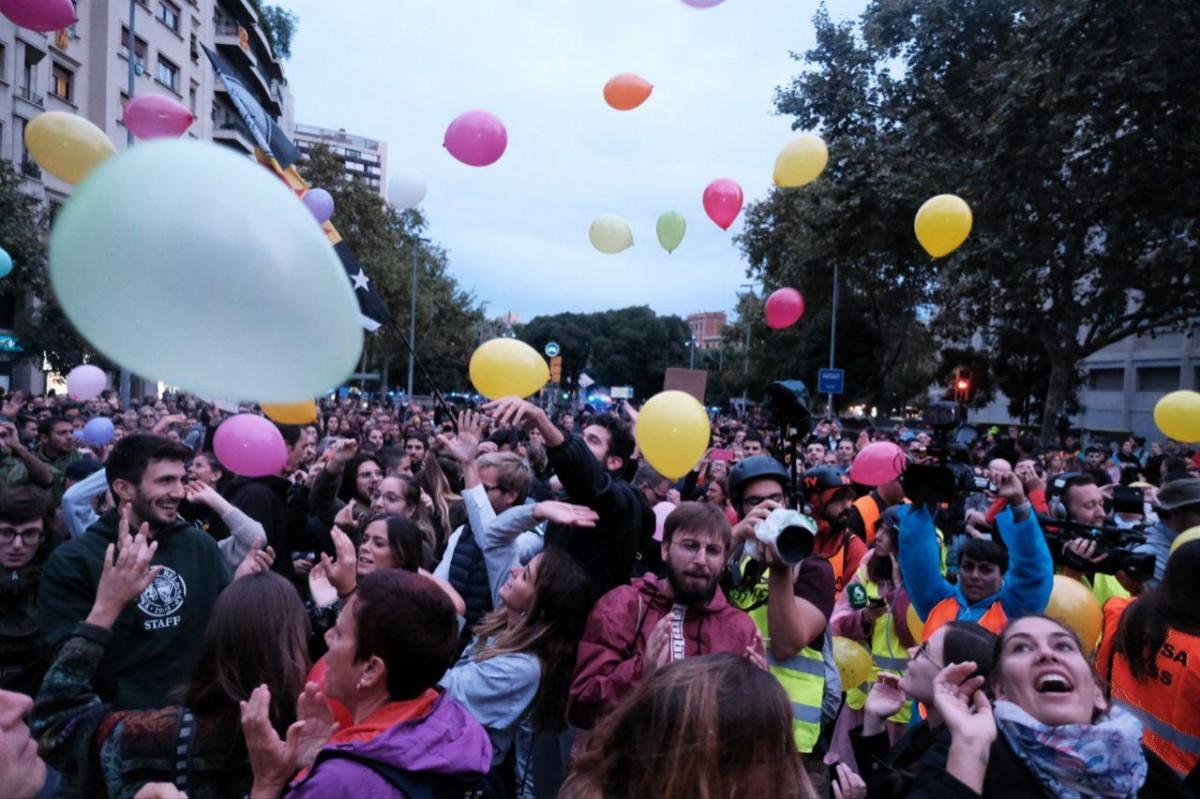 Festa amb globus a les portes de la conselleria d'Interior.