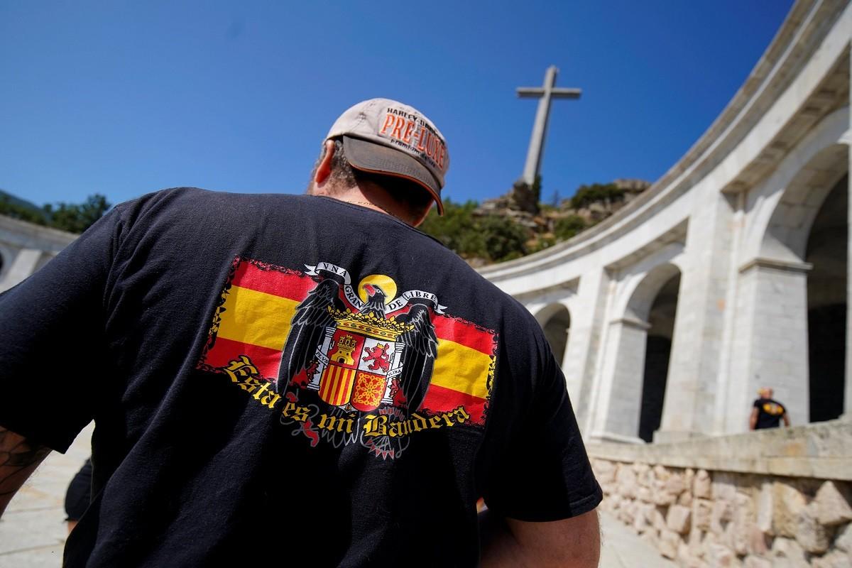 Un home amb una bandera franquista al Valle de los Caídos.