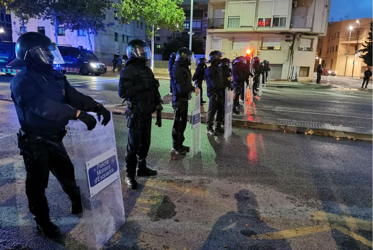 Els cordó policial dels Mossos a l'N-340 davant dels manifestants antifeixistes.