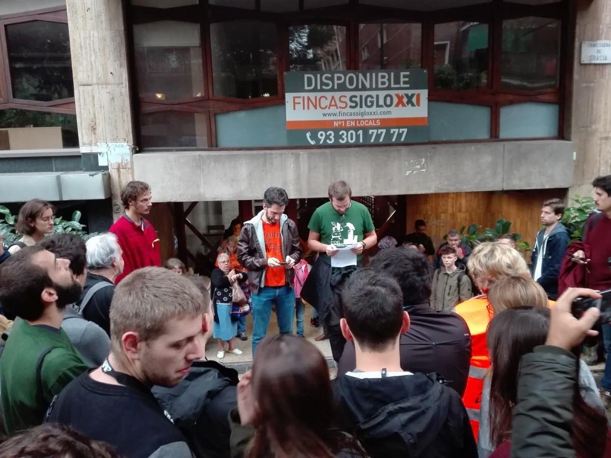 Palomera i Ruiz davant l'edifici on viuen el Juan i la Lívia