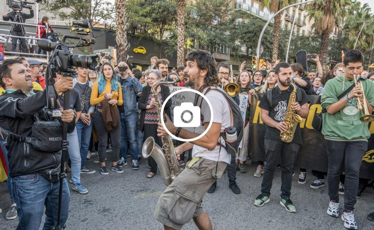 Músics contra la Repressió a la manifestació del 26 d'octubre al carrer Marina de Barcelona