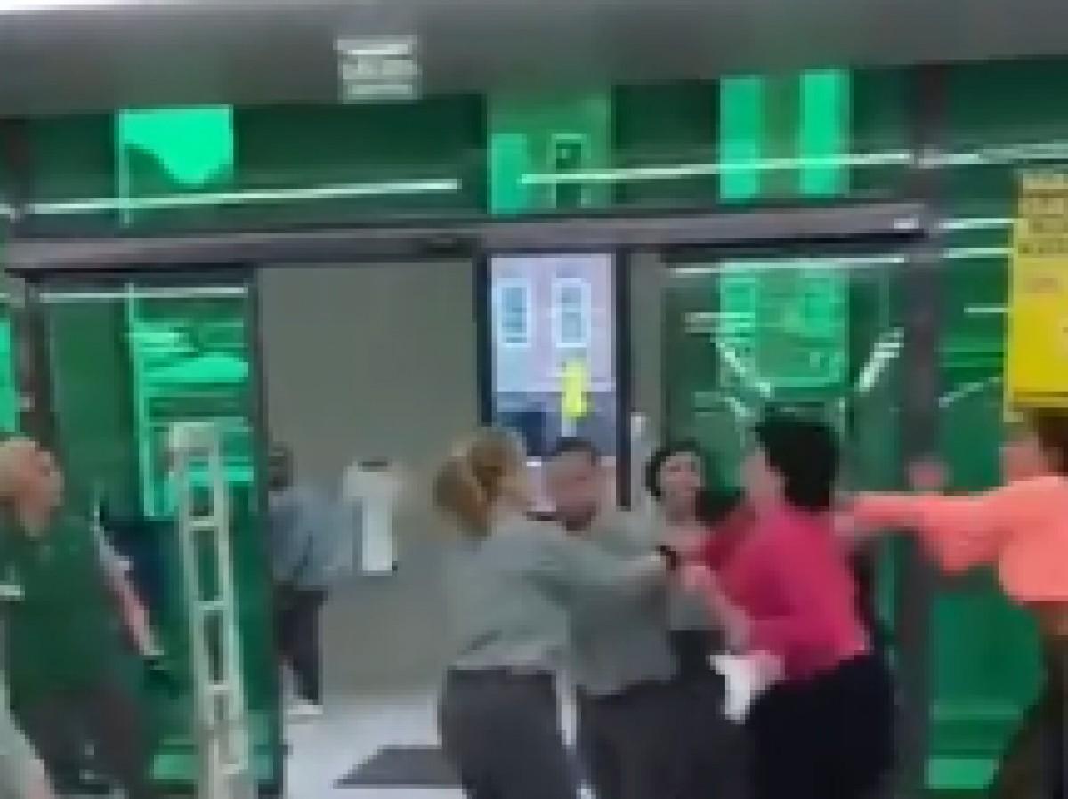 Moment de la baralla al mercadona de Cerdanyola del Vallès.